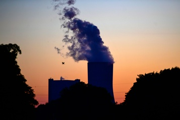 Le Japon s'engage à fermer de vieilles centrales à charbon)