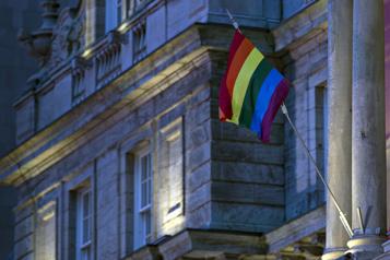 Plusieurs personnes LGBTQ+ portent leurs couleurs sans levouloir)