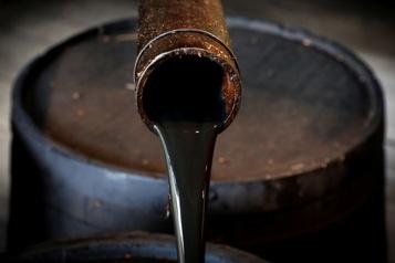 Le pétrole recule fortement)