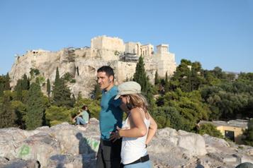 La Grèce prise entre l'afflux touristique et le rebond épidémique)