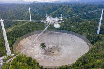 Le télescope géant d'Arecibo s'effondre)