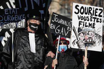 Des milliers de Français manifestent contre la «sécurité globale»)