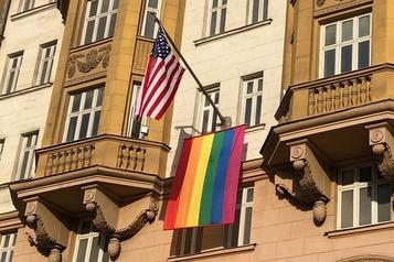 Poutine se moque du drapeau arc-en-ciel de l'ambassade des États-Unis)