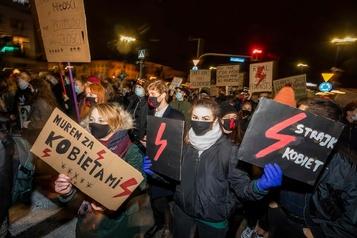 Des dizaines de milliers de Polonais manifestent pour le droit à l'avortement)