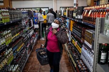 Ruée sur l'alcool à Johannesburg après deux mois d'interdiction)