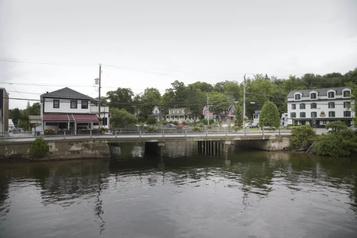 Estrie: la démolition du pont de North Hatley impose de longs détours en auto)