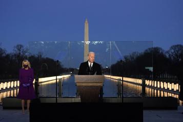 À la veille de son investiture, Biden rend hommage aux victimes de la COVID-19)