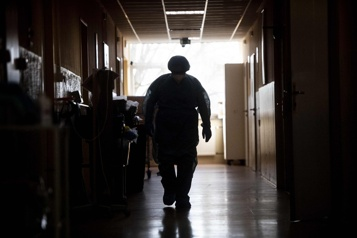 COVID-19 Plus de 400actes de violences contre les soignants en 2020 dans le monde)