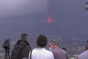 Éruption aux Canaries Des habitants désemparés observent la lave progresser)