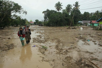 Indonésie: 15 morts et des dizaines de disparus dans des crues subites)