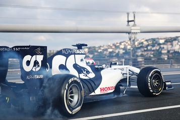Deux pilotes de F1 passent de l'Asie à l'Europe en quelques secondes)