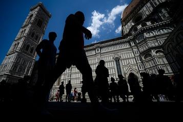 La visite de la cathédrale de Florence se fera avec un collier de distanciation)
