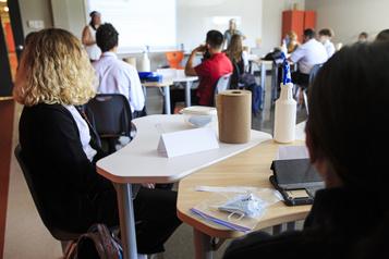 COVID-19 Les caméras s'invitent en classe )