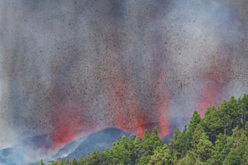 Espagne Un volcanentre en éruption aux îles Canaries)