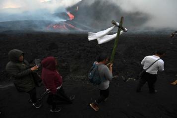 Guatemala Rituel pour demander la fin de l'activité volcanique du Pacaya)