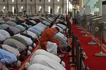 Au Pakistan, les mosquées font le plein malgré les cas de COVID-19 en hausse)