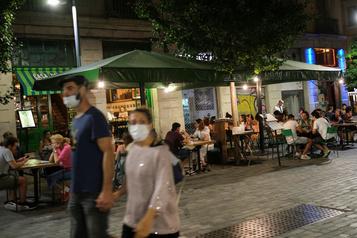Face au virus, l'Espagne renoue avec les restrictions)