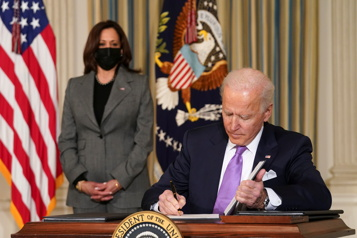 Biden promet d'agir contre le racisme, adopte des mesures restreintes)