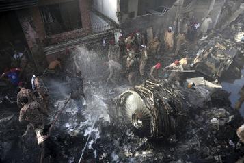 Écrasement au Pakistan: «Il y avait des cris partout», raconte un survivant)