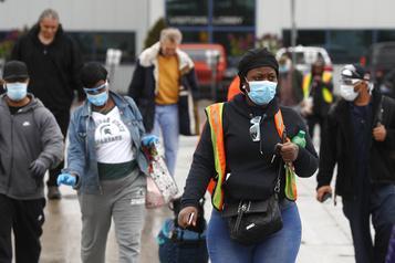 Masqués, les ouvriers de l'automobile retournent dans les usines aux États-Unis)
