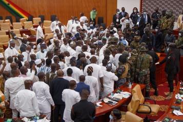 Ghana Le président investi après une bagarre au Parlement)