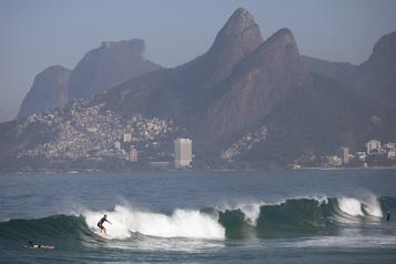 Brésil: retour à la plage à Rio, dans un déconfinement à risque)