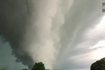Un nuage en forme de tourbillon dans le ciel de l'Arkansas)