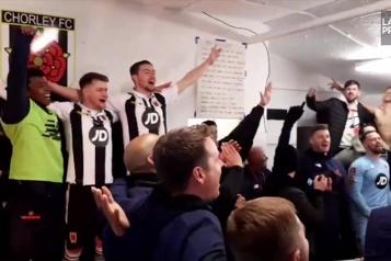 Une équipe de soccer célèbre en chantant en chœur un succès d'Adele)