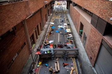 Hong Kong: ambiance de lendemain d'apocalypse sur le campus assiégé