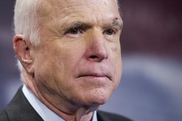 Trump s'acharne contre John McCain, sénateur républicain décédé)