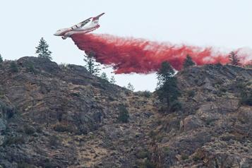 Incendies de forêt en Colombie-Britannique Des averses donnent un bref répit aux pompiers)