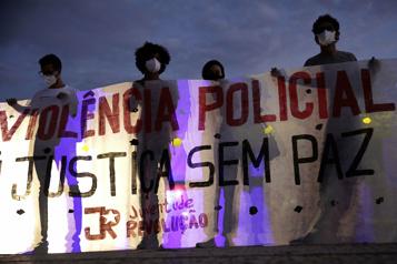 Des milliers de Brésiliens manifestent contre le racisme et la violence policière)