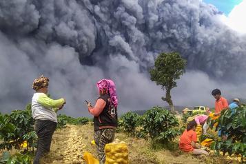 Indonésie: le volcan Sinabung crache un énorme nuage de cendres)