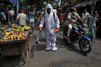 COVID-19 Le bilan de la pandémie dans le monde: plus de 946 000 morts)