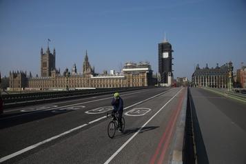 Sans Johnson, le gouvernement britannique discute d'un prolongement du confinement
