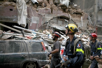 La course pour retrouver des survivants se poursuit à Beyrouth)