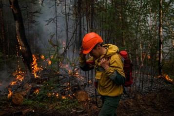 «On a besoin de gens» Les pompiers russes combattent les feux sibériens)