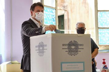 Les Italiens appelés aux urnes malgré la progression de la COVID-19)