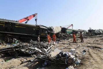 Pakistan Le bilan du double accident ferroviaire passe à 63 morts)