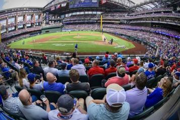Texas Les BlueJays battent les Rangersdans un match à guichets fermés)