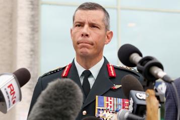 Campagne fédérale de vaccination Dany Fortin devra déposer un grief auprès de l'armée pour retrouver son poste