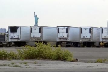 New York Des centaines de corps dans des camions réfrigérés depuis un an)
