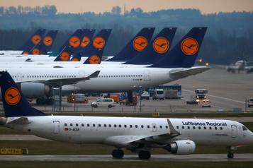 Lufthansa divise par deux sa perte nette grâce à un rebond de la demande)