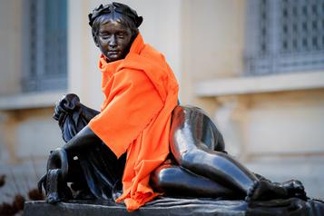 Un musée emmitoufle ses statues pour évoquer les sans-abri