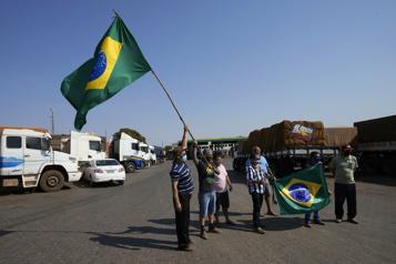 Brésil Des routiers partisans de Bolsonaro bloquent des routes)
