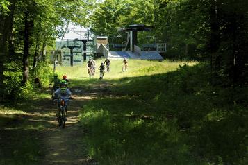 Dévaler les sentiers en vélo de montagne en famille)