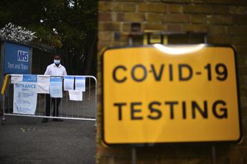COVID-19 Le Royaume-Uni relève le niveau d'alerte)