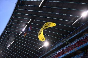Euro L'ULM de Greenpeace à deux doigts d'être abattu par la police)