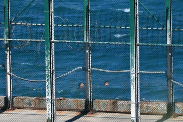 Une centaine de migrants arrivent à la nage dans l'enclave espagnole de Ceuta)