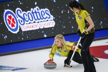 Curling Jennifer Jones amorce le Scotties avec une victoire)